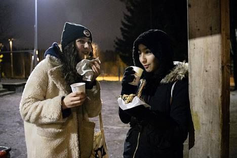 Marie Chaudhary, 15, ja Arjin Irmak, 16, kehuvat illan tarjoiluja.