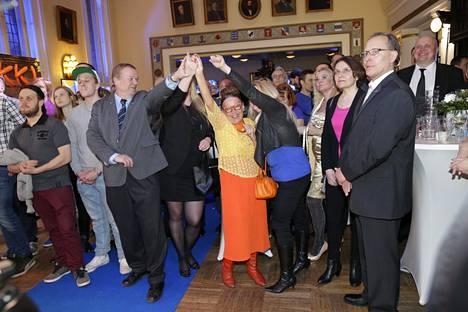 Perussuomalaisten vaalivalvojaistunnelmia.