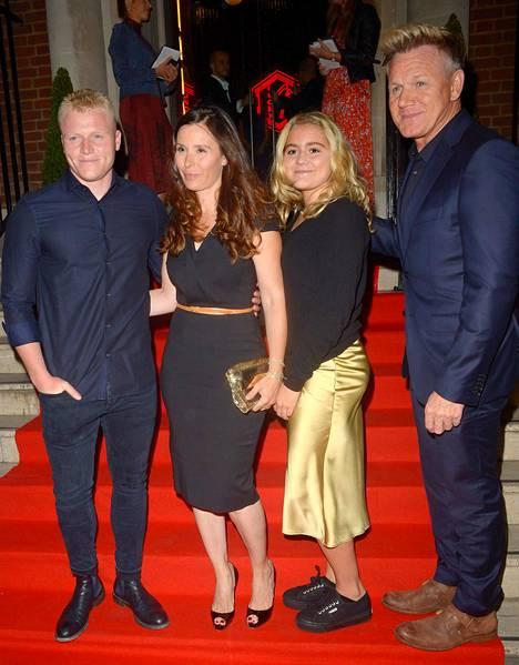 Gordon Ramsay (oik.) yhdessä poikansa Jackin (vas.), vaimonsa Tanan ja tyttärensä Matildan kanssa tammikuussa.