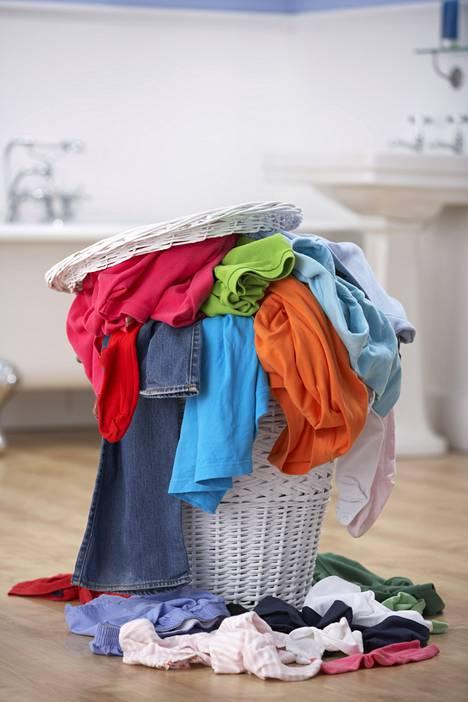Pyykkikori täyttyy nopeasti, jos aivan jokaisen vaatteen pesee heti yhden käyttökerran jälkeen.