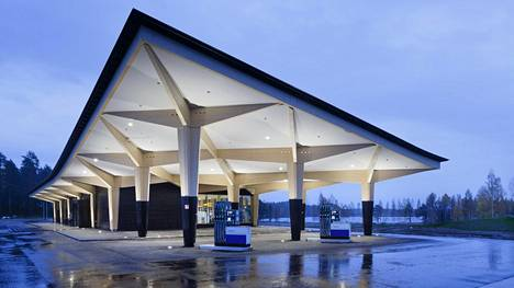 Matkailukeskus Niemenharjun bensapumput ovat skandinaavisen pelkistetyn katoksen alla.
