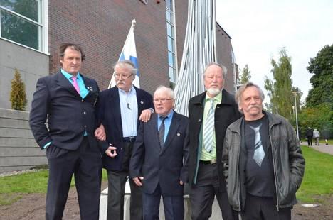 Urheilu yhdistää -patsasta olivat Äänekoskella paljastamassa Kimmo Kinnunen, Jorma Kinnunen, Soini Kauppinen, Jalo Kumpulainen ja taiteilija Ari Liimatainen.
