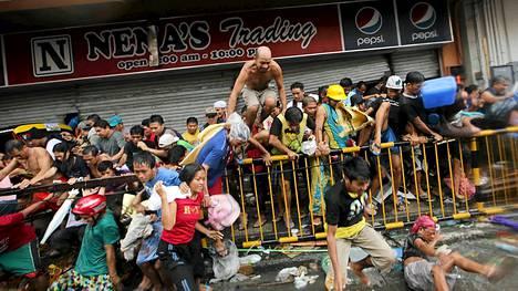 Taclobanissa ihmiset ryntäsivät päivittäistavarakauppaan joukolla. Supertaifuuni on aiheuttanut paitsi kuolonuhreja ja aineellista vahinkoa, se on saanut ihmiset ryöstelemään.