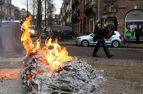 Mielenosoittajat sytyttivät myös tulipaloja Amsterdamissa.