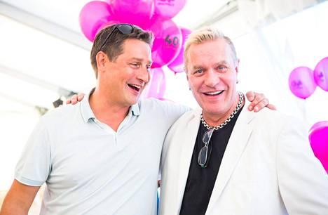 Jethron veli Jarno Rostedt poseerasi juhlissa Tauskin kanssa.