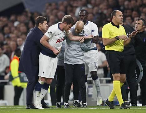 Tottenhamin Jan Vertonghen (toinen vasemmalta) jatkoi pelaamista Ajaxia vastaan viime vuoden ottelussa, vaikka voi huonosti päähänsä tulleen iskun jälkeen.