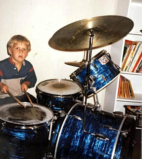 Aleksi Seppänen sai kesällä 1985 rummut, joilla hän paukutti Dingon hittejä.