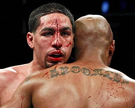 Danny Garcia ja Zab Judah ottivat yhteen kevyen sarjan WBA/WBC-titteliottelussa New Yorkissa. Garcia voitti yksimielisin tuomariäänin.