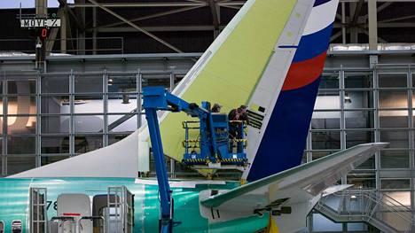 Työntekijä Boeing 737 NG:n peräsimen kimpussa arkistokuvassa.