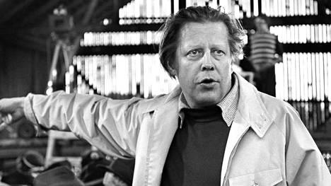 Ohjaaja Rauni Mollberg tv-elokuvan Siunattu hulluus kuvauksissa.