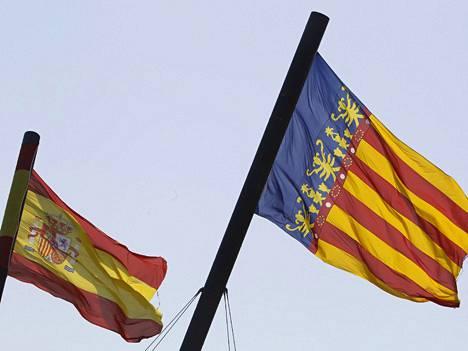 Espanjan ja Valencian liput liehuvat rinnakkain. Valencian itsehallintoalue ilmoitti perjantaina, että se tarvitsee valtion tukea selvitäkseen veloistaan.