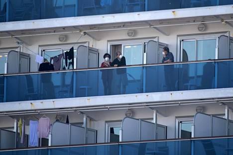 Matkustajia Diamond Princess -aluksen hyttien parvekkeilla.