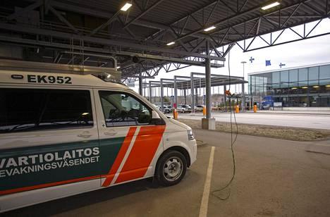 Suomi sulki rajansa henkilöliikenteeltä. Rajavartiolaitos valvoi Nuijamaan rajanylityspaikkaa 17. maaliskuuta.