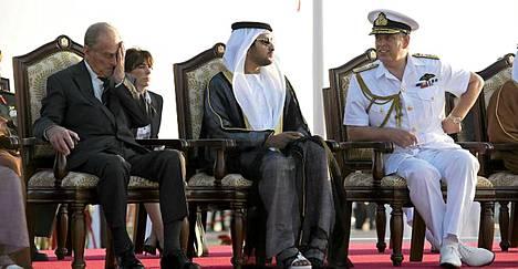 Kohun keskellä: prinssi Andrew (oik.) on joutunut arvostelun kohteeksi. Kuvassa prinssi Abu Dhabissa yhdessä prinssi Philipin kanssa.