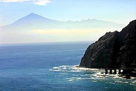 Gomeran huikaisevia maisemia on myös naapurisaari Teneriffan maamerkki, Teiden 3718 metriä korkea tulivuori.
