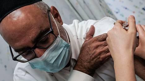 Tartunta- ja kuolinlukujen laskemiseksi Israel pyrkii tarjoamaan kaikille yli 50-vuotiaille kansalaisilleen kolmannen rokoteannoksen.