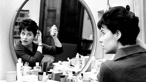 Nuori laulajatähti valmistautuu esiintymiseen 1961.