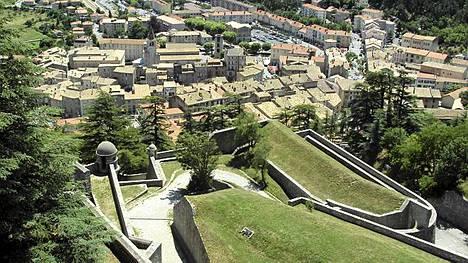 Sisteron on upea linnoituskaupunki lähellä Alppeja. Täällä myös Napoleon kävi paetessaan Elban saarelta satapäiväiseksi toiseksi hallintokaudekseen.