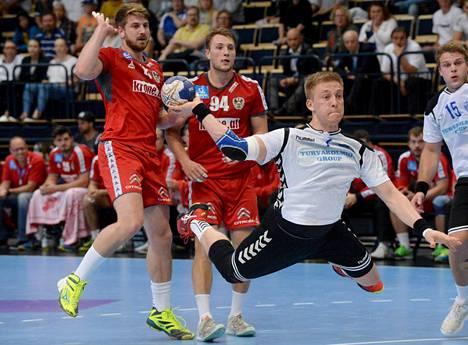 Suomen Fredrik Forss (oik.) heittää ja Itävallan Fabian Posch (vas.) sekä Christoph Neuhold katsovat vierestä.