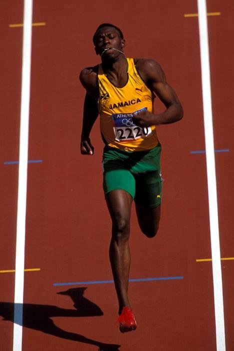 Usain St. Leo Bolt juoksi ensimmäisen kerran olympiatasolla vuoden 2004 Ateenan kisoissa. Tuolloin 18-vuotias Bolt tuli kisoihin itsevarmana, sillä alkuvuodesta hän oli tehnyt 200 metrillä alle 20-vuotiaiden silloisen ME-tuloksen 19,93. Olympialaisissa hän kärsi kuitenkin takareisivammasta, eikä edennyt alkueristä jatkoon.