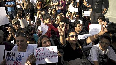 Tunisialaiset osoittivat mieltään kaduilla vaalipäivänä.