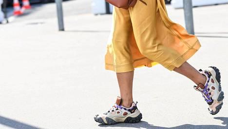 Jalkojen hyvinvoinnin kannalta ihanteellisissa kengissä pohjat ovat mahdollisimman ohuet. Muodin mukaan pohjat ovat nyt paksut.