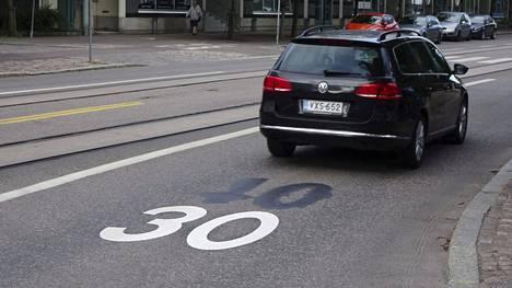 Kolmenkympin nopeusrajoitus on suurimmassa osassa Suomen kuntia ainakin jollain tapaa tuttu näky. Kuvassa 40 km/h on korvattu alemmalla nopeusrajoituksella.