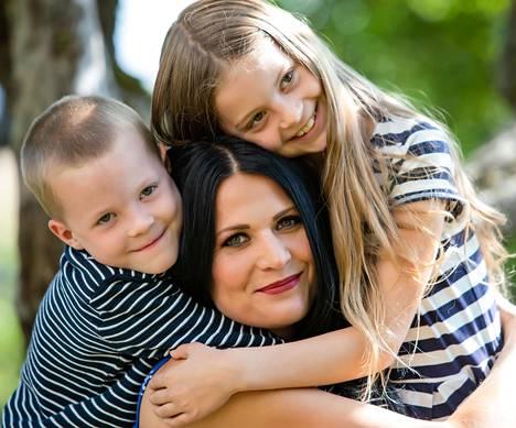 Marika Kiviharju ja lapset Vincent, 7, ja Vivia, 9, asuvat maaseudulla Muurlassa.