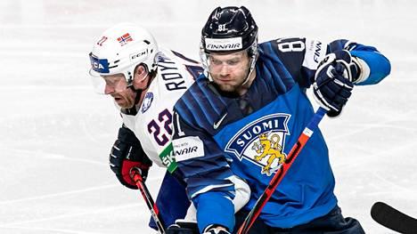 Iiro Pakarinen kamppailemassa Norjan Roymark Martinin kanssa.