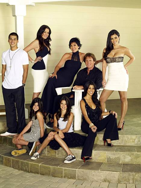 Kardashianit saivat oman realityohjelmansa vuonna 2007. Kuvassa Rob Kardashian (vas. yl.), Khloé Kardashian, Kylie Jenner (vas. al.), Kris Jenner, Kendall Jenner (kesk. al.), Caitlyn Jenner, Kim Kardashian, Kourtney Kardashian.