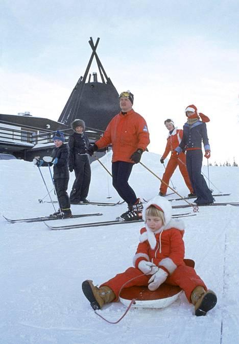 Edellisen kerran kotimainen yhtiö järjesti pakettimatkoja Lappiin 33 vuotta sitten. Kuva lapsiperheen hiihtolomalta Suomutunturilla vuonna 1972.
