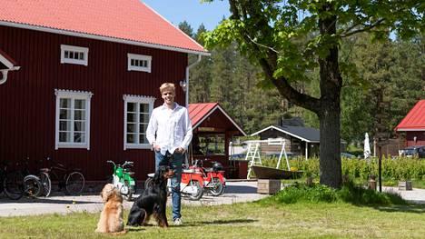 Lasse Tammelan suunnitelmissa on rakentaa Nauvossa sijaitsevasta Tackorkista kansainvälinen lomakohde. Tammelan kanssa kuvassa ovat koirat Hugo ja Martta.