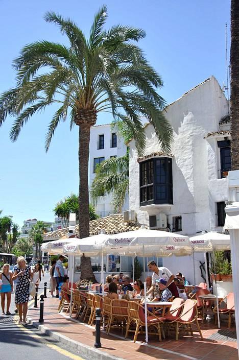Puerto Banusin alue on idyllistä. Kuvassa rannan lähistöllä sijaitseva ravintola.