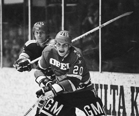 """Kaudella 1975–1976 Matti Hagman teki SM-liigassa 36 runkosarjan ottelussa 24+34=58 pistettä. Syksyllä 1976 pelatussa ensimmäisessä Kanada-cupissa """"Hakki"""" oli Suomen joukkueen paras pistemies. Hän sai sen jälkeen sopimuksen NHL-seura Boston Bruinsiin."""