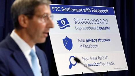 Yhdysvaltojen kauppakomission FTC:n puheenjohtaja Joe Simons kertoi eilen Facebookin kanssa tehdystä sopimuksesta, johon sisältyy ennätyksellisen suuri viiden miljardin dollarin sakkomaksu.