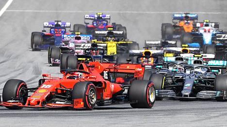 Viikonloppuna mennään Spielbergissä. Kuva viime vuoden Itävallan GP:stä, letkaa johtaa Ferrarin Charles Leclerc.