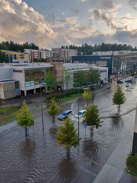 Auton kyntivät sadevedessä Espoon keskuksessa.