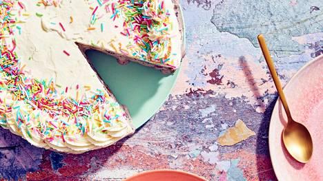 Koristele jäätelökakku kermavaahdolla ja strösseleillä.