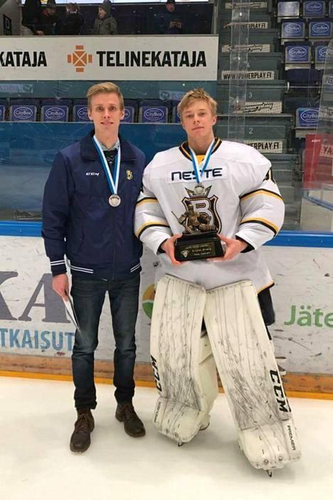 Kalle Harjunpää ja Filip Lindberg vuosi sitten B-nuorten parhaan maalivahdin palkinnon kanssa.