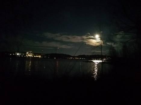 Kuu valaisi taivasta Savonlinnassa.