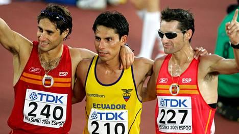 Jefferson Perez (keskellä) oli edellinen ja ainoa ecuadorilainen olympiavoittaja. Hän voitti 20 km:n kävelyn Atlantassa 1996. Kuva 2005 Helsingin MM-kisoista, joissa Perez voitti niin ikään 20 kilometrin kisan.