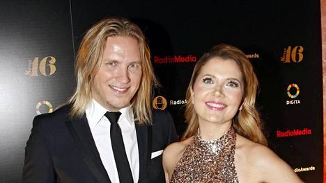 Juontajakaksikko poseerasi yhdessä Radiogaalassa maaliskuussa 2016.