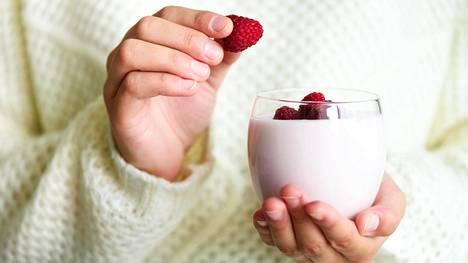 Jogurtti tai rahka ja marjat ovat hyviä välipala-aineksia.