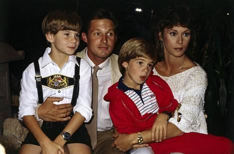 Kate Jackson perheensä kanssa kuvauksissa 1980-luvulla.