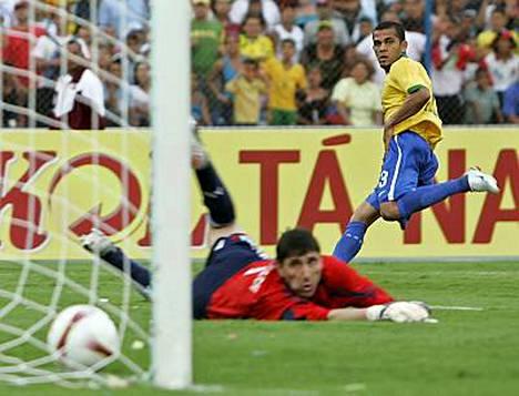 Argentiinan maalivahti Roberto Abbondanzieri ei voinut mitään Alvesin tarkalle laukaukselle.