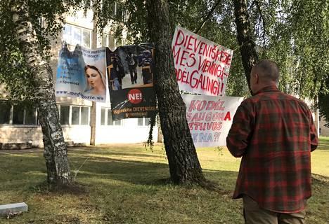 """Dieveniskesin """"umpisuolessa"""" eli syvälle Valko-Venäjän sisälle ulottuvassa pullistumassa asuvat liettualaiset vastustavat maahanmuuttajien majoittamista kotiensa lähelle. Julisteissa he esittävät vastalauseensa suunnitellulle vastaanottokeskukselle."""