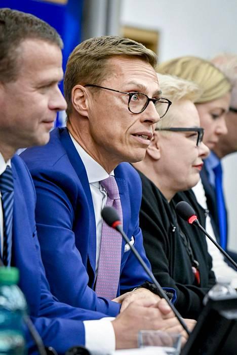 Tilaisuuden Stubb aloitti sujuvalla saksalla, jatkoi ranskalla ja vitsaili sitten kertovaansa ehdokkuudestaan suomeksi.