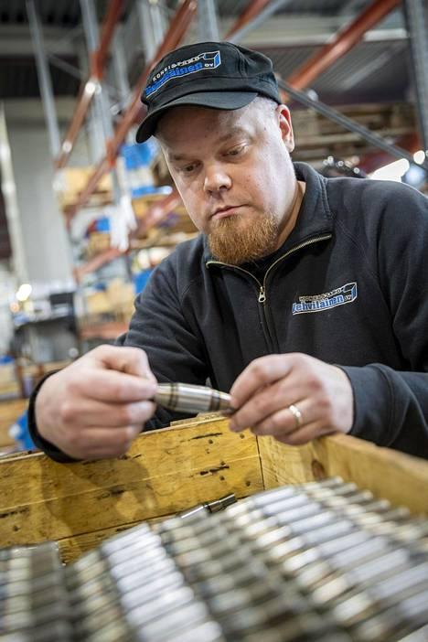 Koneistamo Vehviläinen Oy:n toimitusjohtaja Petri Vehviläinen tarkastelee yhtiönsä valmistamia kartiotappeja.
