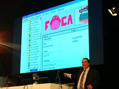 Mitnick esitteli, mitä teleoperaattori Elisan nettisivuilleen laittamat tiedostot kertovat. Julkisten asiakirjojen metatiedoista voi muun muassa nähdä, minkä nimisiä työasemia yrityksessä on ja mitä ohjelmistoversioita siellä käytetään. (Klikkaa isommaksi