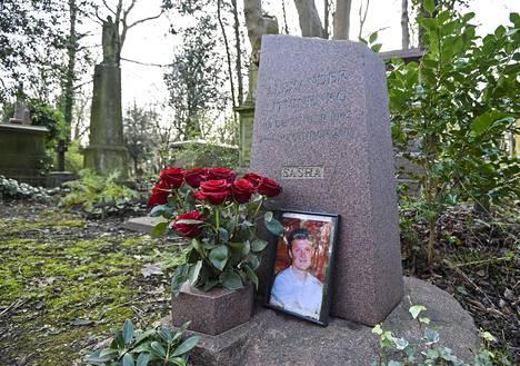 """Aleksandr Litvinenko hauta on Lontoossa Highgaten hautausmaalla. Litvinenkon brittiläinen kuolinsyytutkinta päätyi toteamaan, että presidentti Vladimir Putin oli """"todennäköisesti hyväksynyt"""" operaation hänen surmaamisekseen 2006."""